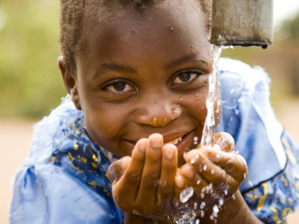 MAL Lilongwe WASH child at well dseigal (6)