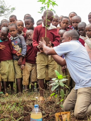 TZ-tree-planting-students